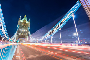 Long exposure of Tower bridge at night with light stripes from traffic, City of London, UKの写真素材 [FYI03619814]