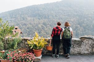 Friends on hillside road, Rezzago, Lombardy, Italyの写真素材 [FYI03619906]