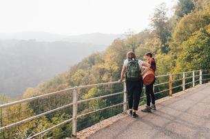 Friends on hillside road, Rezzago, Lombardy, Italyの写真素材 [FYI03619913]