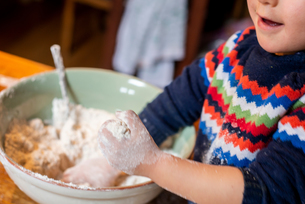 Toddler playing with flour in mixing bowlの写真素材 [FYI03619994]