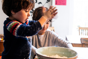 Boys playing with flour in mixing bowlの写真素材 [FYI03620000]
