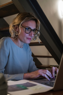 Woman working at laptop in home officeの写真素材 [FYI03620013]