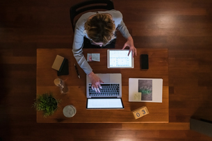 Woman using laptop and digital tabletの写真素材 [FYI03620026]