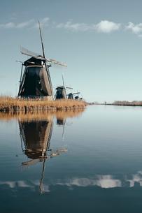 Windmills along canal, Kinderdijk, Zuid-Holland, Netherlandsの写真素材 [FYI03620035]