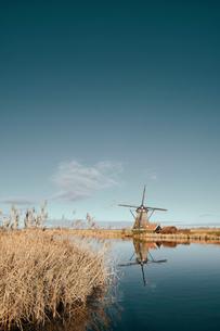 Windmills along canal, Kinderdijk, Zuid-Holland, Netherlandsの写真素材 [FYI03620036]