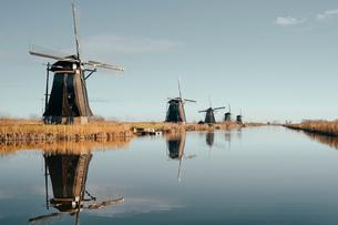 Windmills along canal, Kinderdijk, Zuid-Holland, Netherlandsの写真素材 [FYI03620039]