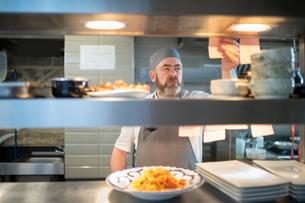 Chef reading order in Italian restaurant kitchenの写真素材 [FYI03620370]