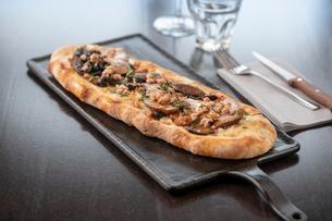 Mushroom and herb Pinsa at Italian Restaurantの写真素材 [FYI03620613]