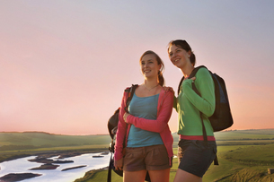 Girlfriends on hiking trip, Eastbourne, East Sussex, United Kingdomの写真素材 [FYI03620784]