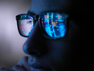 Genetic research, computer screen reflection in spectacles of DNA profile, close up of faceの写真素材 [FYI03620876]