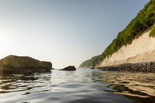 Seascape with chalk cliffs and blue sky, Jasmund National Park, Sassnitz, Rugen, Mecklenburg-Vorpommの写真素材 [FYI03621040]
