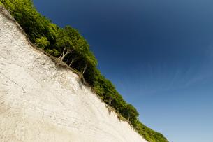 Landscape with chalk cliffs and blue sky, low angle, Jasmund National Park, Sassnitz, Rugen, Mecklenの写真素材 [FYI03621041]