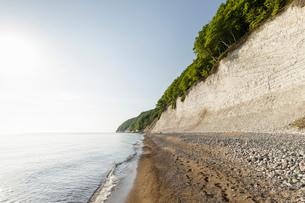 Landscape with beach and chalk cliffs, Jasmund National Park, Sassnitz, Rugen, Mecklenburg-Vorpommerの写真素材 [FYI03621042]