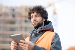 Man using digital tablet on streetの写真素材 [FYI03621088]