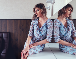 Woman daydreaming on dressing tableの写真素材 [FYI03621245]