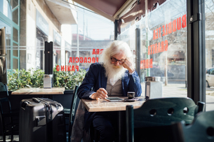 Senior businessman using digital tablet in cafe, Milano, Lombardia, Italyの写真素材 [FYI03621304]