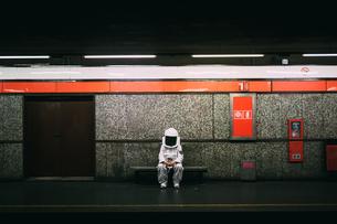 Astronaut waiting on train platformの写真素材 [FYI03621365]
