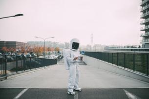 Astronaut using digital tablet on rampの写真素材 [FYI03621378]
