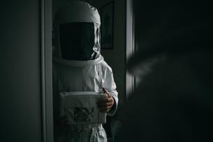Astronaut staring into mirrorの写真素材 [FYI03621388]