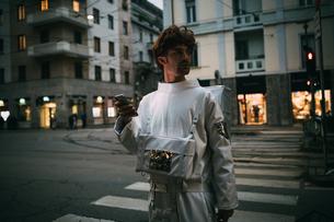 Astronaut using smartphone on pedestrian crossingの写真素材 [FYI03621398]