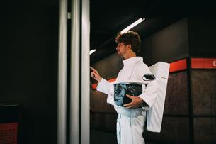 Astronaut reading signboard in train platformの写真素材 [FYI03621418]
