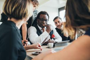 Businessmen and businesswomen having discussion in loft officeの写真素材 [FYI03621440]