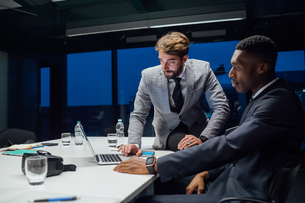 Businessmen looking at laptop during conference table meetingの写真素材 [FYI03621596]