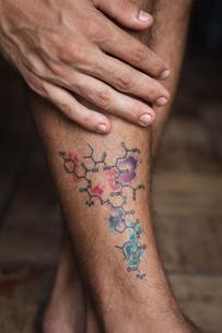 Tattoo of molecule oxytocin on shin of manの写真素材 [FYI03621681]