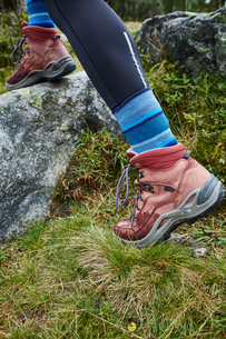 Female hiker stepping onto rock, close up of hiking bootsの写真素材 [FYI03621692]
