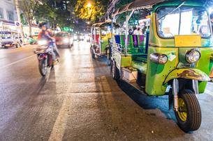 Tuk tuk parked on roadside at night, Bangkok, Thailandの写真素材 [FYI03621723]