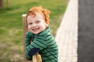 Portrait of boy in parkの写真素材 [FYI03621861]