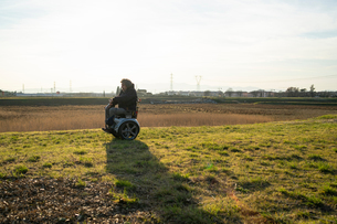 Man on wheels enjoying countrysideの写真素材 [FYI03622012]