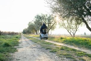 Man on wheels enjoying countrysideの写真素材 [FYI03622013]