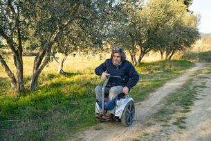 Man on wheels enjoying countrysideの写真素材 [FYI03622015]