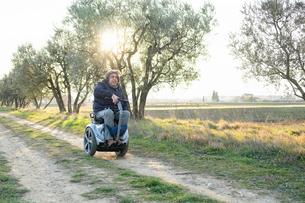 Man on wheels enjoying countrysideの写真素材 [FYI03622016]