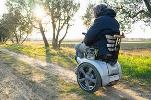 Man on wheels enjoying countrysideの写真素材 [FYI03622017]