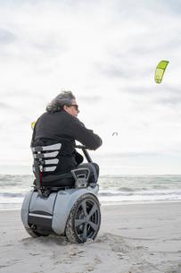 Man on wheels enjoying seasideの写真素材 [FYI03622018]