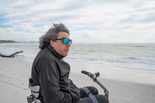 Man on wheels enjoying seasideの写真素材 [FYI03622019]