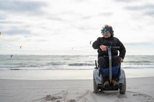 Man on wheels enjoying seasideの写真素材 [FYI03622020]