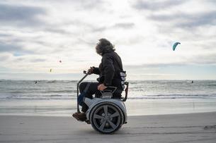 Man on wheels enjoying seasideの写真素材 [FYI03622023]