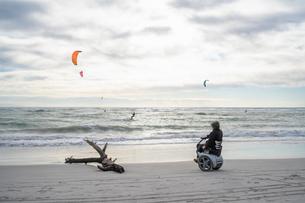 Man on wheels enjoying seasideの写真素材 [FYI03622025]