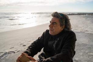 Man on wheels with smartphone enjoying seasideの写真素材 [FYI03622026]