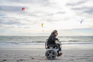 Man on wheels enjoying seasideの写真素材 [FYI03622028]
