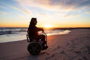 Man on wheels enjoying seasideの写真素材 [FYI03622033]