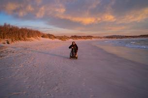 Man on wheels enjoying seasideの写真素材 [FYI03622034]