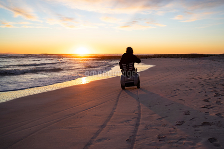 Man on wheels enjoying seasideの写真素材 [FYI03622035]