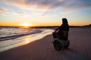 Man on wheels enjoying seasideの写真素材 [FYI03622036]