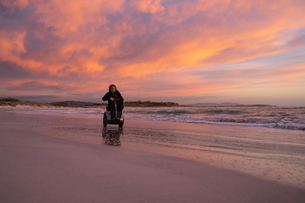 Man on wheels enjoying seasideの写真素材 [FYI03622038]