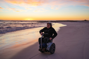 Man on wheels enjoying seasideの写真素材 [FYI03622039]