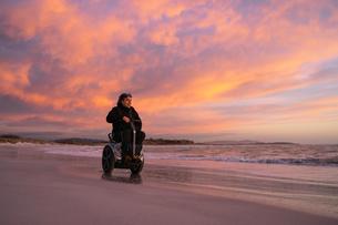 Man on wheels enjoying seasideの写真素材 [FYI03622041]